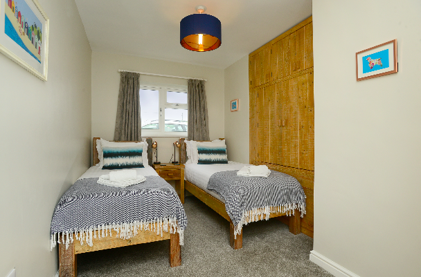 Twin bedroom at Gwelmor self catering holiday home in Widemouth Bay