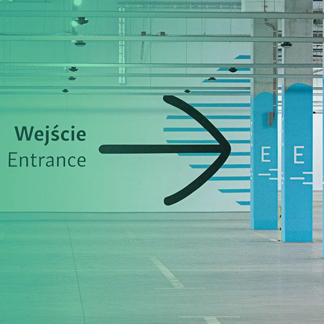 Imagem de estacionamento com sinalização visual nas paredes