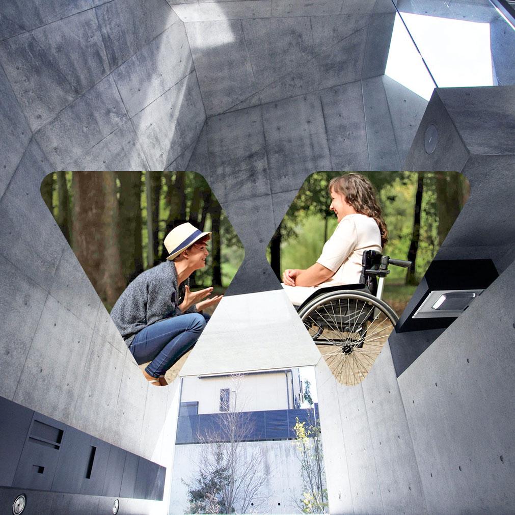 Montagem com o logo da Walklaw apresentando uma parece de concreto e 2 mulheres em um parque, uma está agachada e a outra em sua cadeira de rodas
