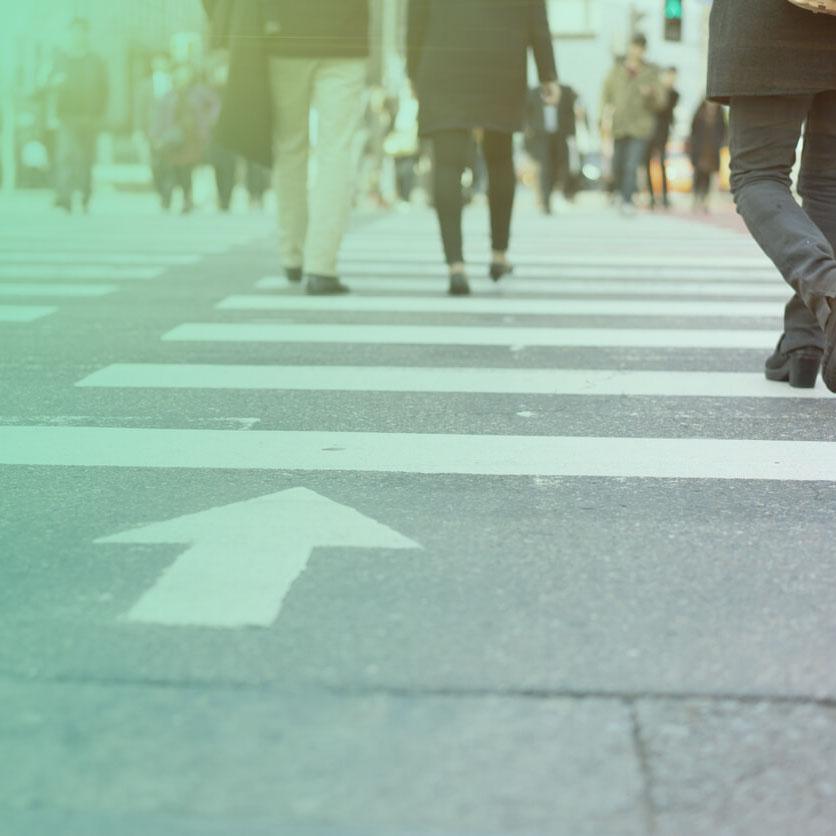 Imagem de pessoas atravessando faixa de pedestre