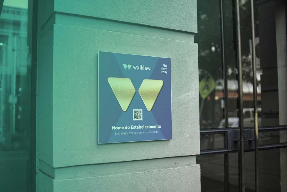 Selo de Acessibilidade Walklaw em fachada.
