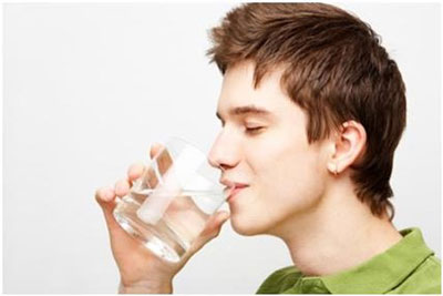 uống nhiều nước hằng ngày giúp phòng bệnh trĩ