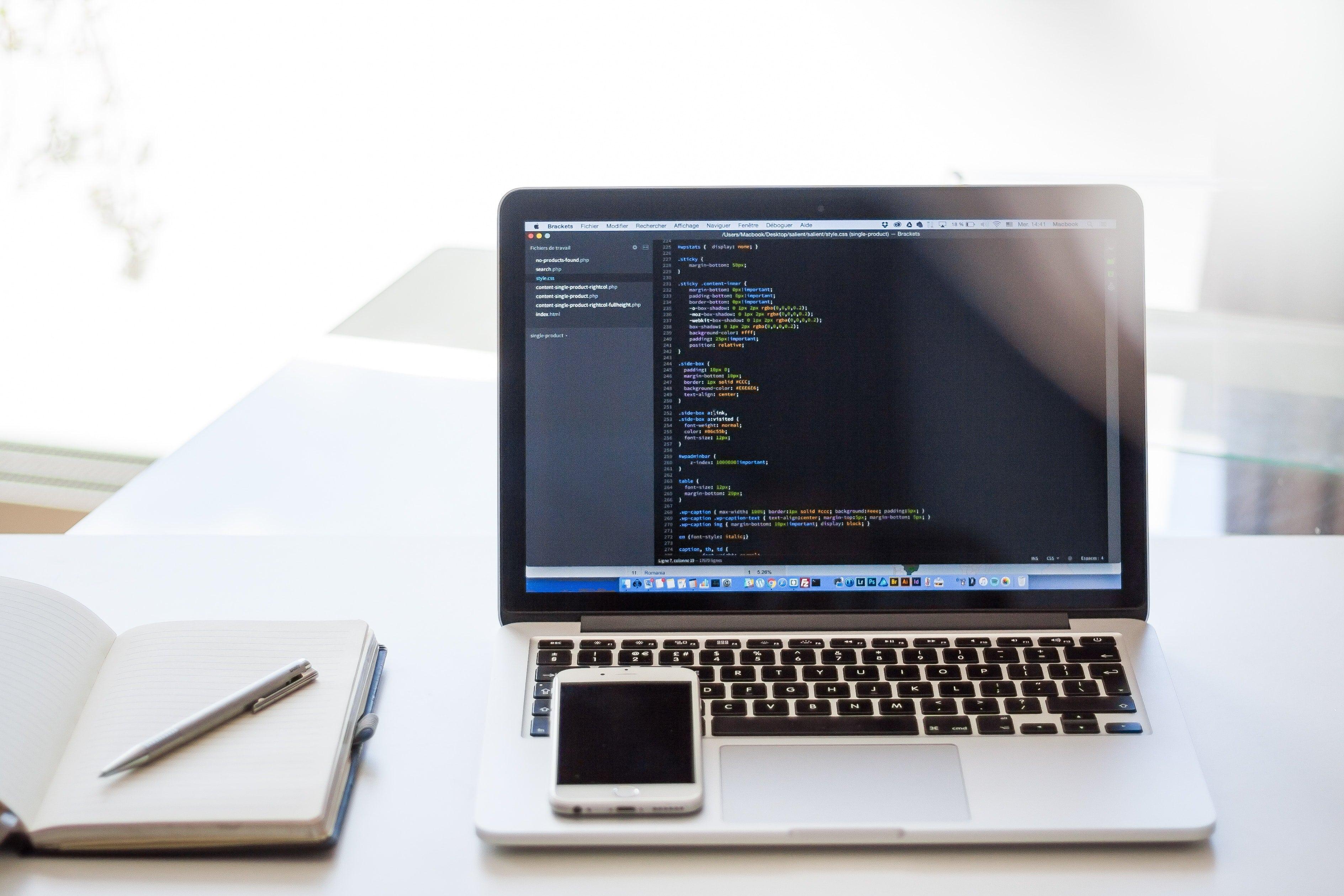 computadora con codigos ¿Qué se necesita para hacer una página web? como crear una página web