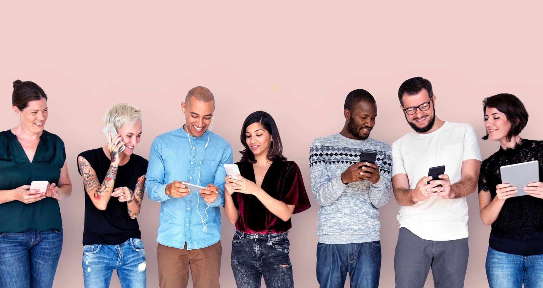 Gruppe bei der Smartphone-Nutzung
