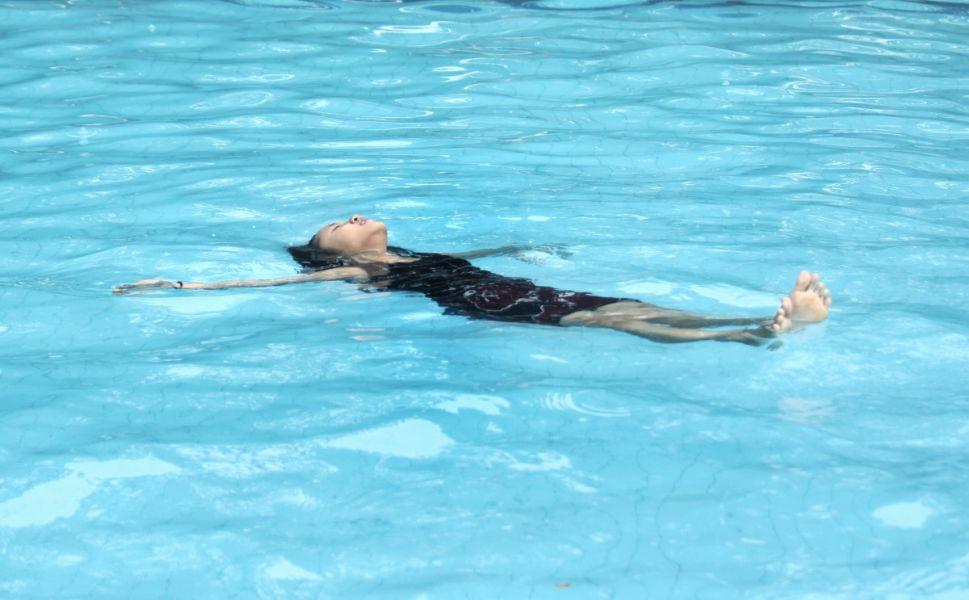 Personne méditant dans l'eau , combinaison méditation-neurofeedback