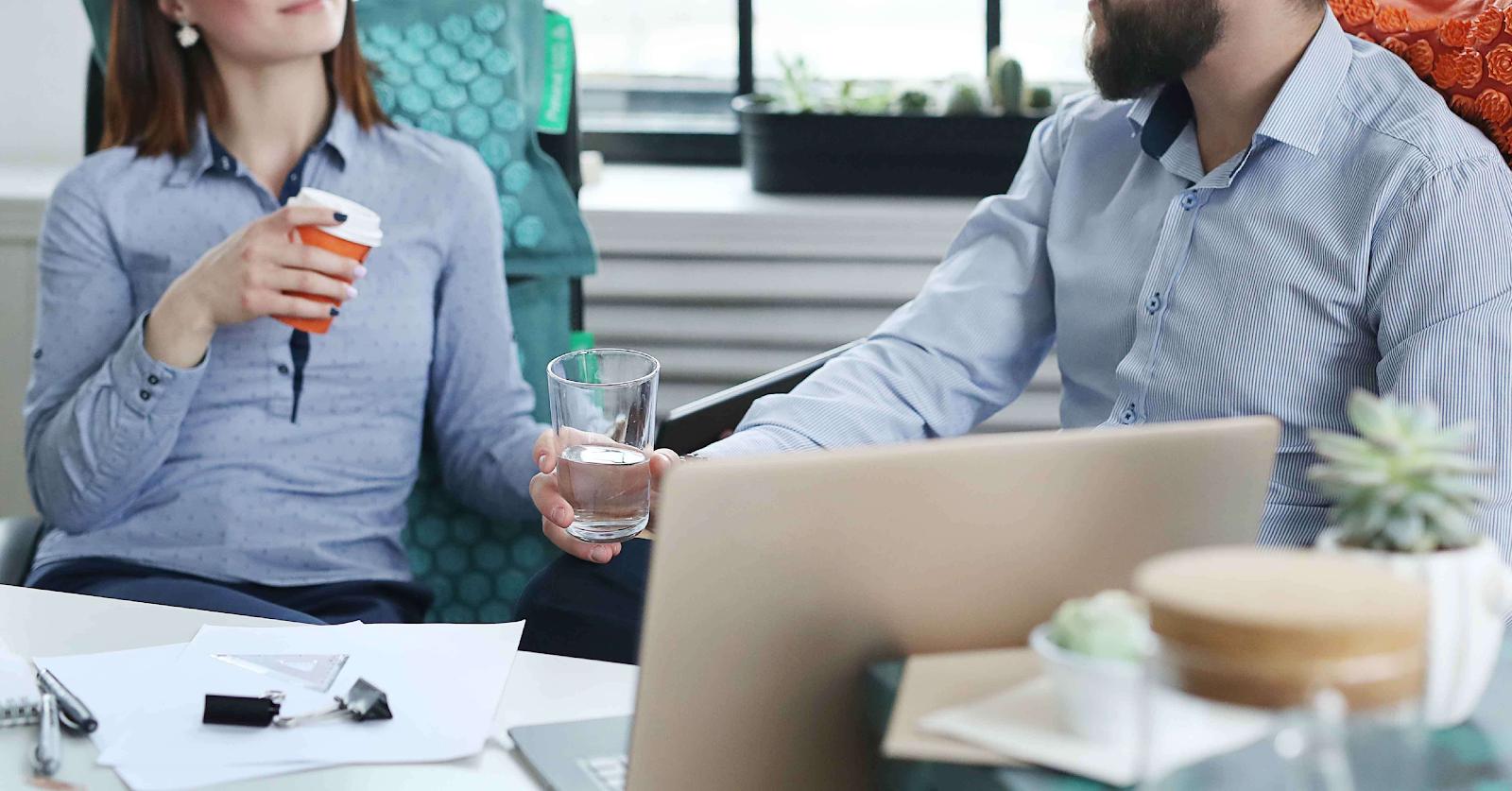 員工在喝咖啡及討論公司策略