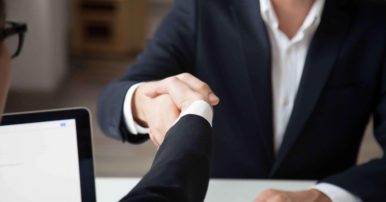 生意合作夥伴在握手達成協議