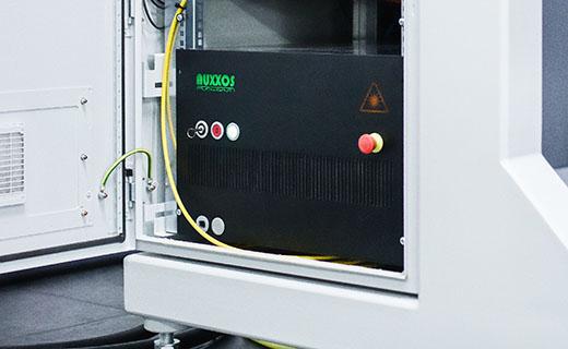 Eine Laserqulle steht im Schaltschrank eines ASKIAS Adaption Lasersystems