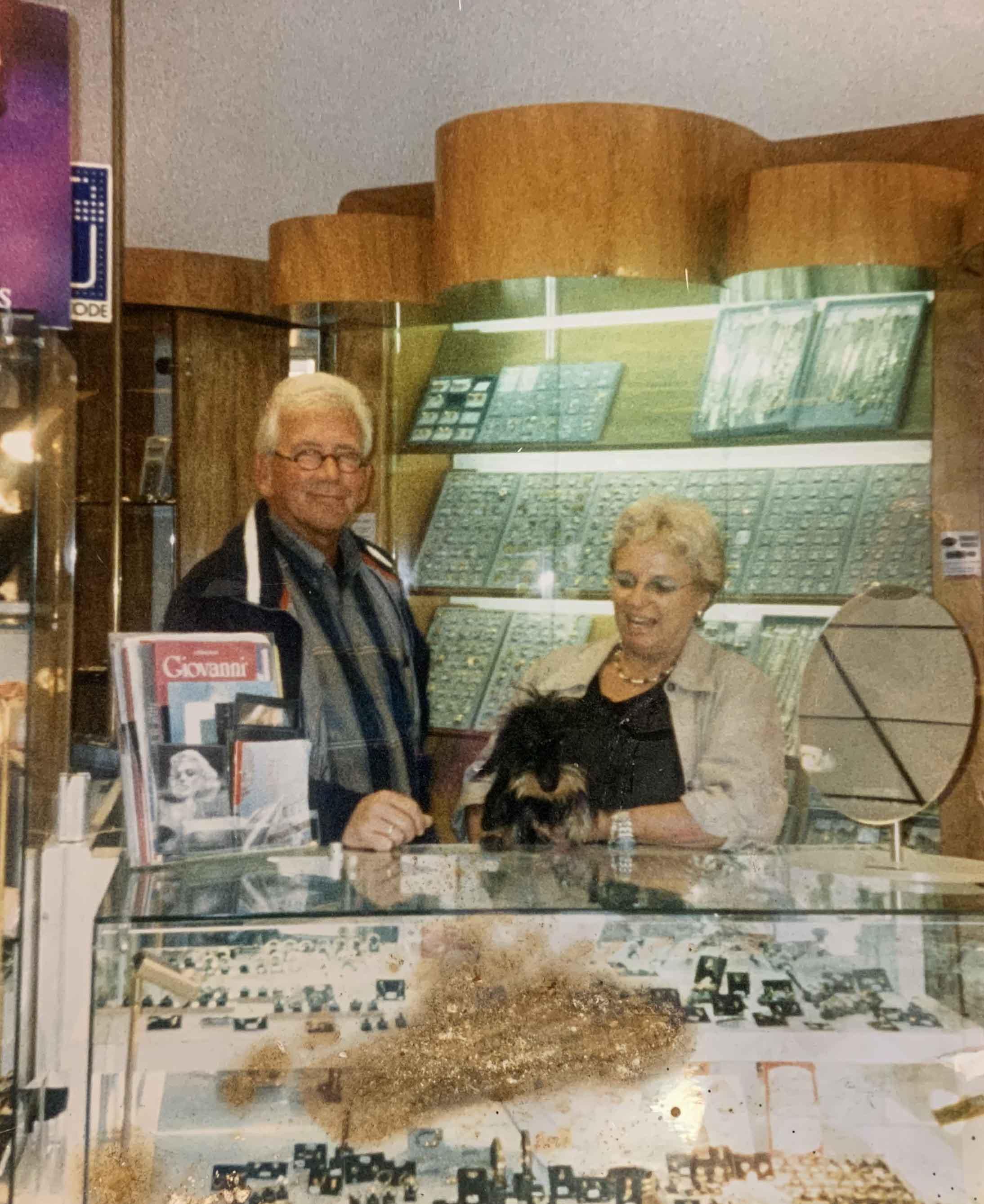 John, Belita en hondje Duffy aan de trendkant, oude indeling van de winkel