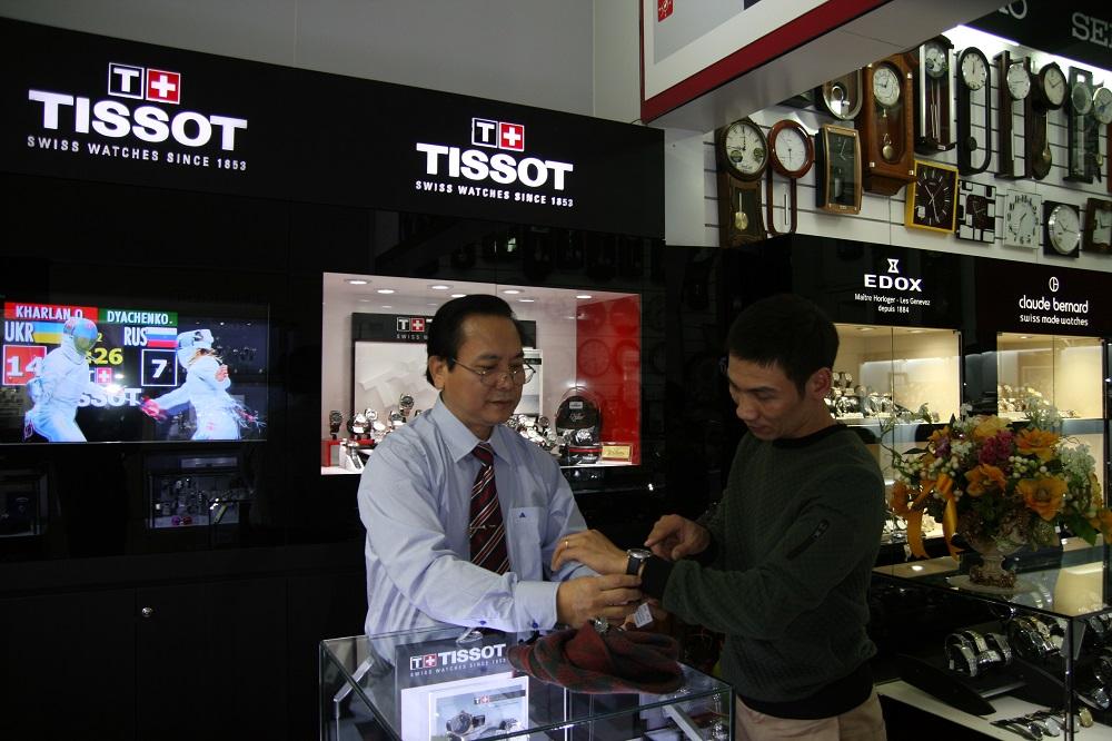 Sự tư vấn nhiệt tình của chủ cửa hàng Minh Tường - Ông Nguyễn Ngọc Thái với khách hàng