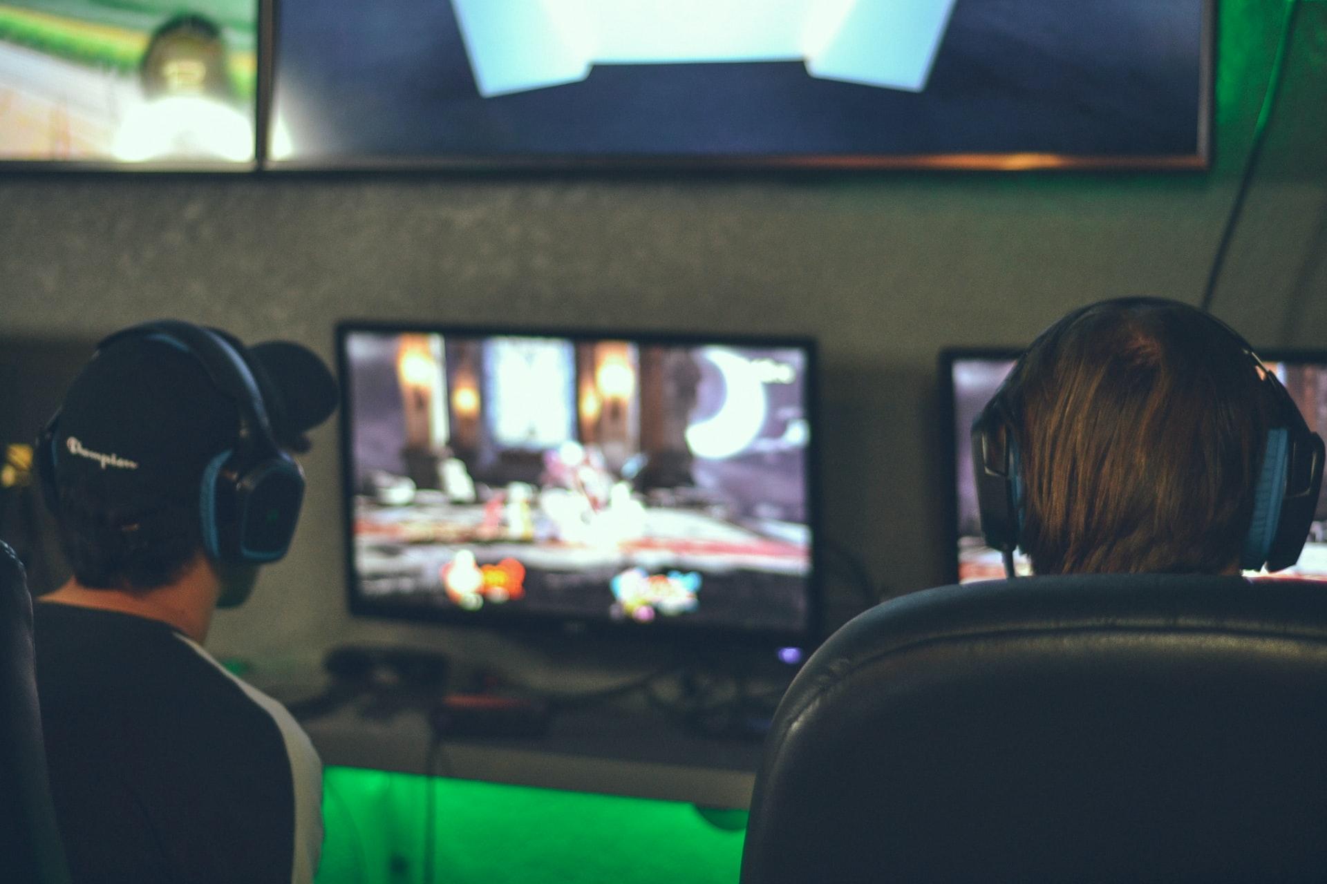 foto de dois jovens jogando computador