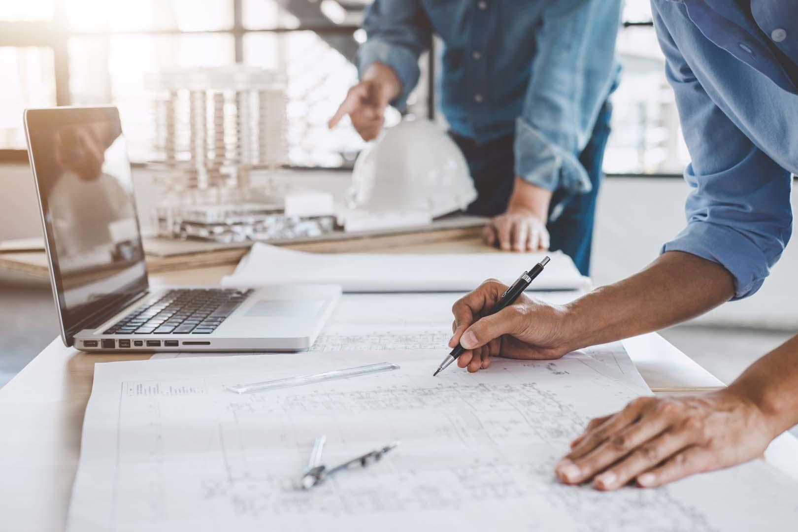 Besprechung einer technischen Planung mit Plänen