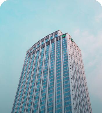 Edificio alto con cielo celeste.