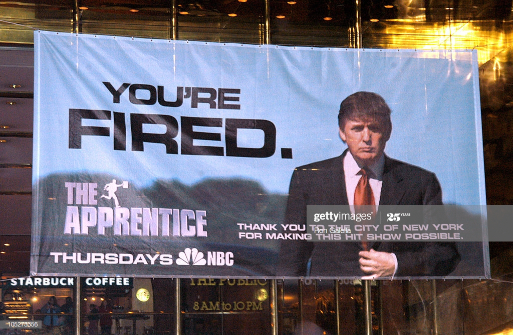 Donald Trump despidiendo como estrategia publicitaria.