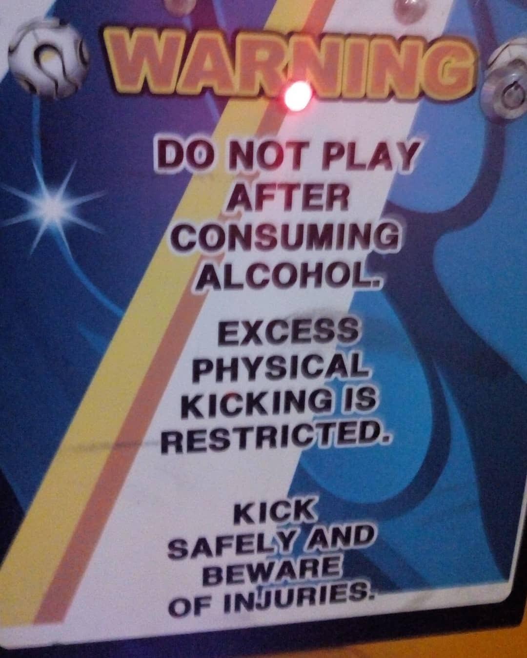Máquina de arcade dice en Inglés: No jugar después de consumir alcohol. Patear excesivamente está prohibido. Patée con seguridad y tenga precaución.