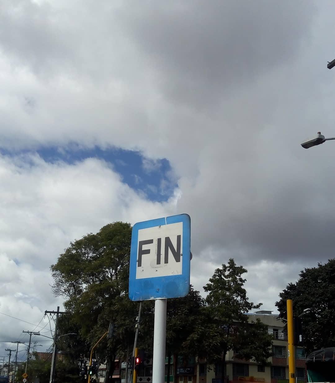 """Señal de tránsito en medio de la calle que dice """"FIN"""""""