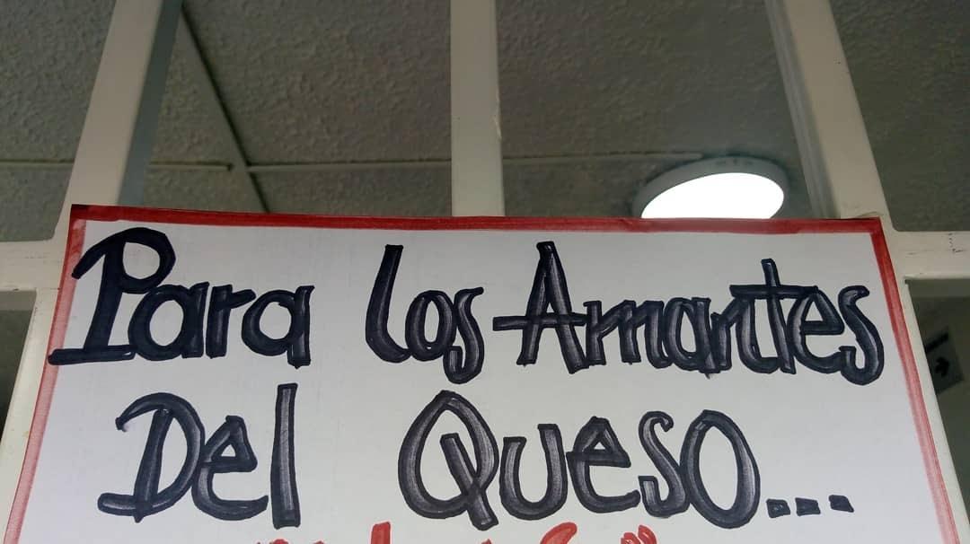 """Aviso escrito a mano que dice """"Para los amantes del queso..."""""""