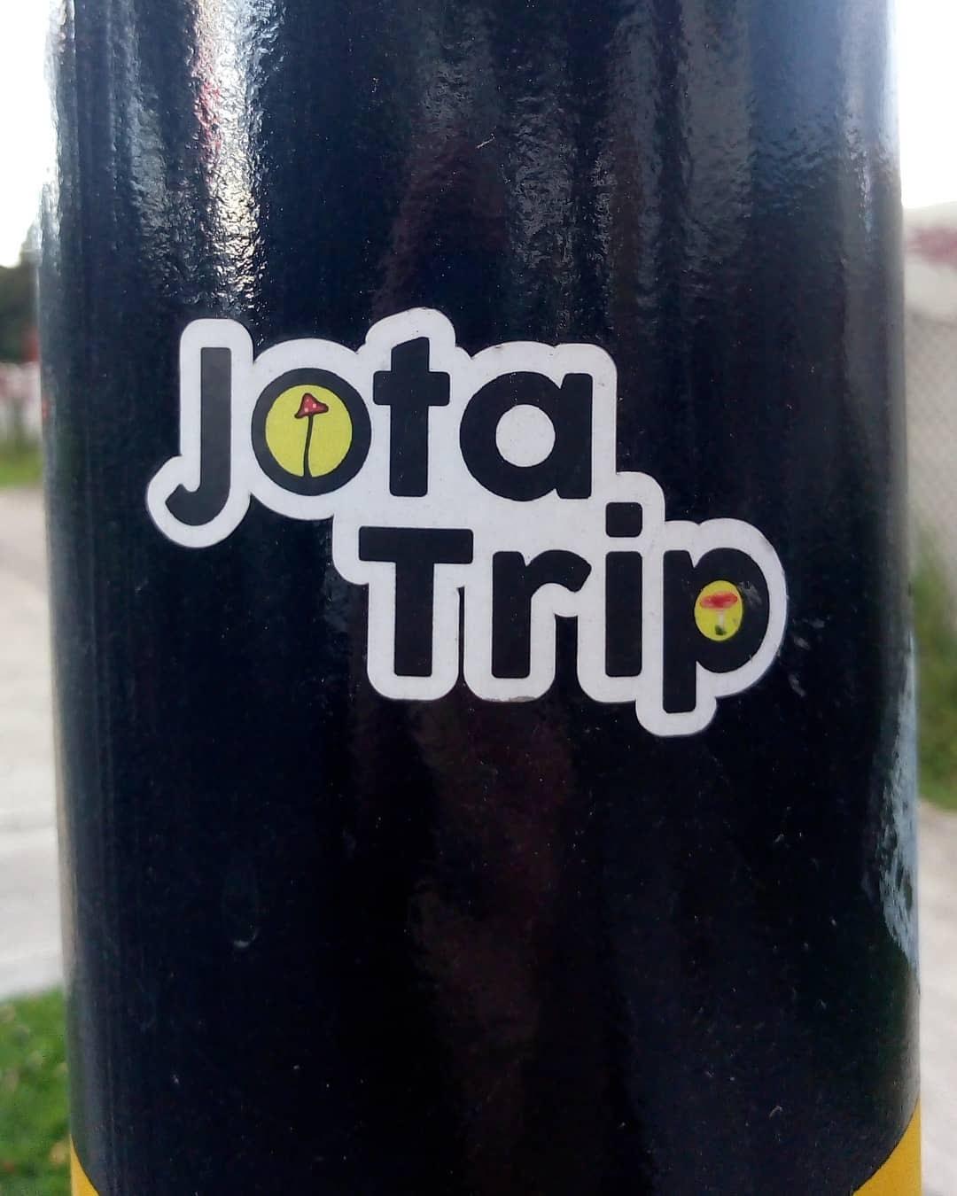 """Pegatina o sticker en un poste que dice """"Jota Trip"""""""