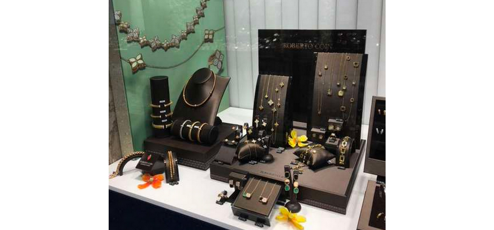 Necklace and jewellery visual merchandising display