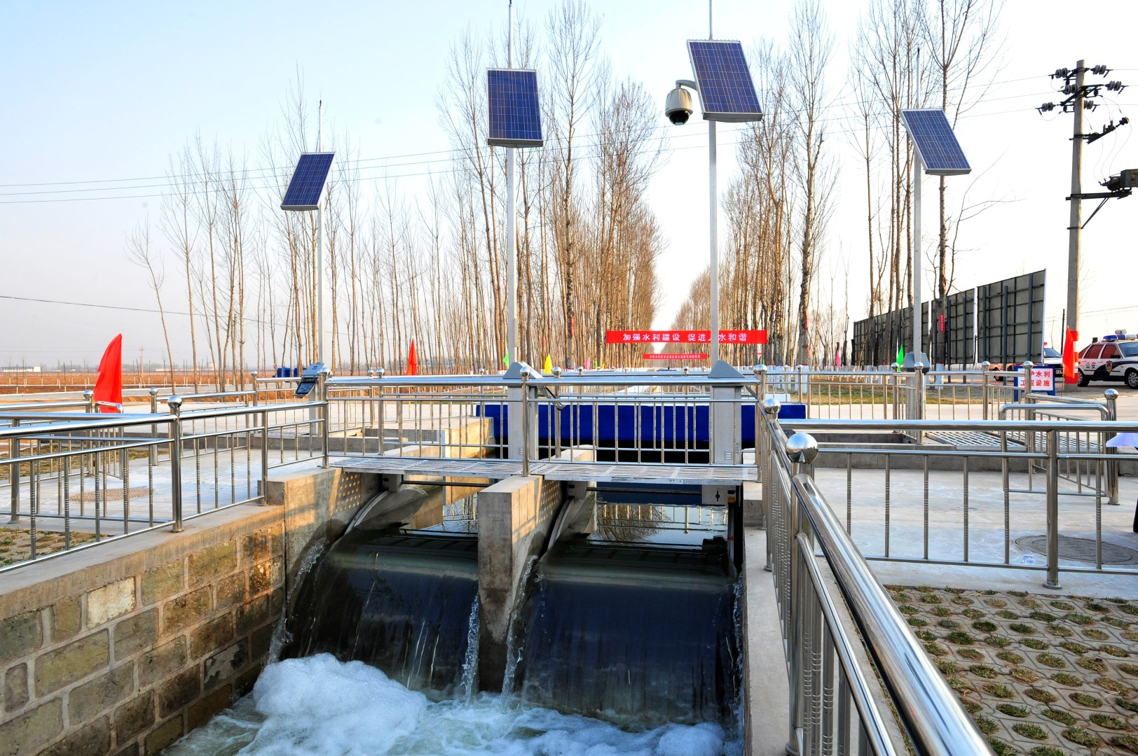 Overshots gates installed in Fen River, China