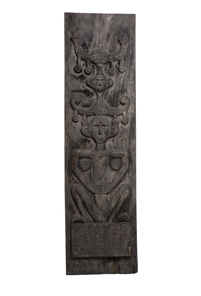 Panel Timor tallado, figura hombre primitivo pensativo