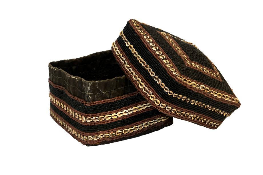 Caja de ofrenda Balinesa cuentas de chaquira y conchas, negro-café claro