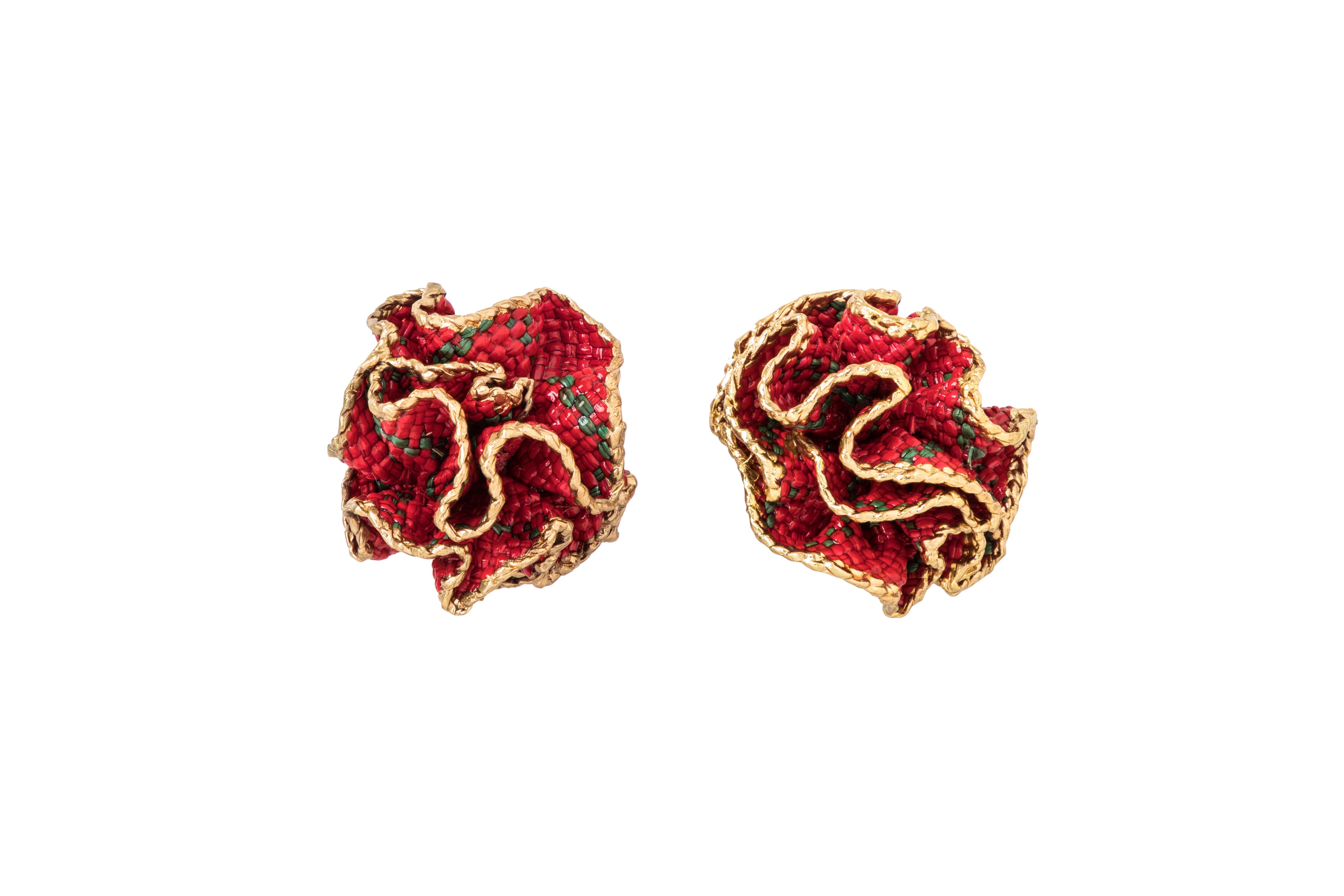 Arete flor de iraca y baño de oro, Rojo