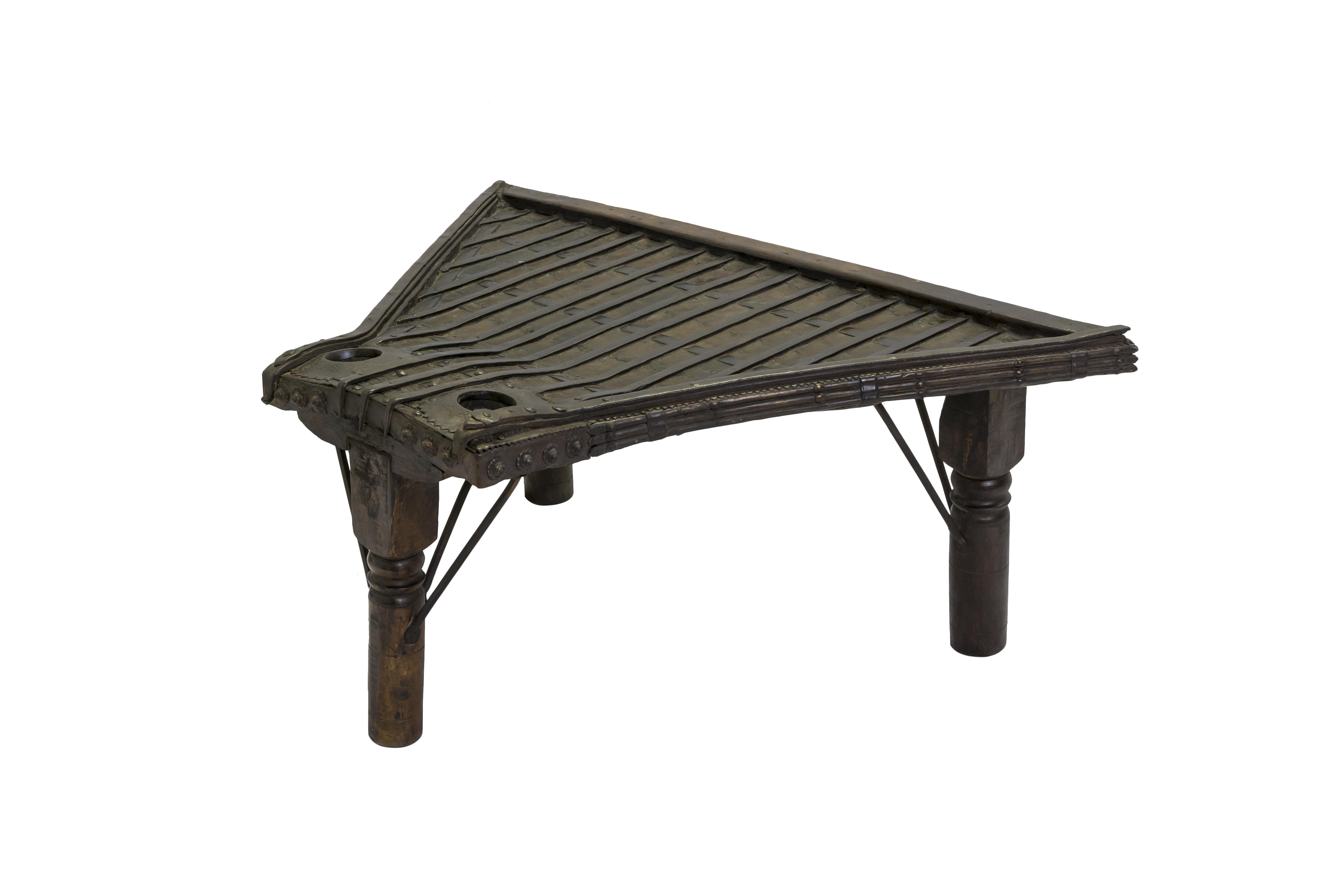 Mesa auxiliar madera y metal con apliques
