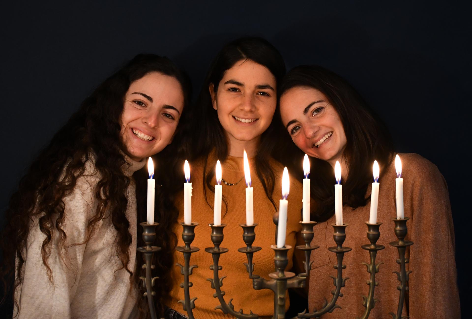 בנות שתרוג - חנוכה 2020 - אור - חנוכייה - יואל שתרוג - אדמה יוצרת - yoel sitruk
