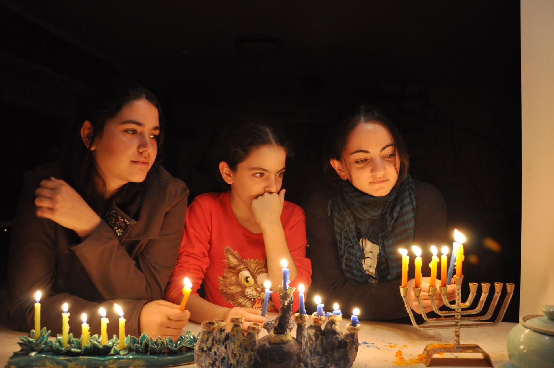 בנות שתרוג - חנוכה 2009 - חנוכייה - אור - יואל שתרוג - אדמה יוצרת - yoel sitruk