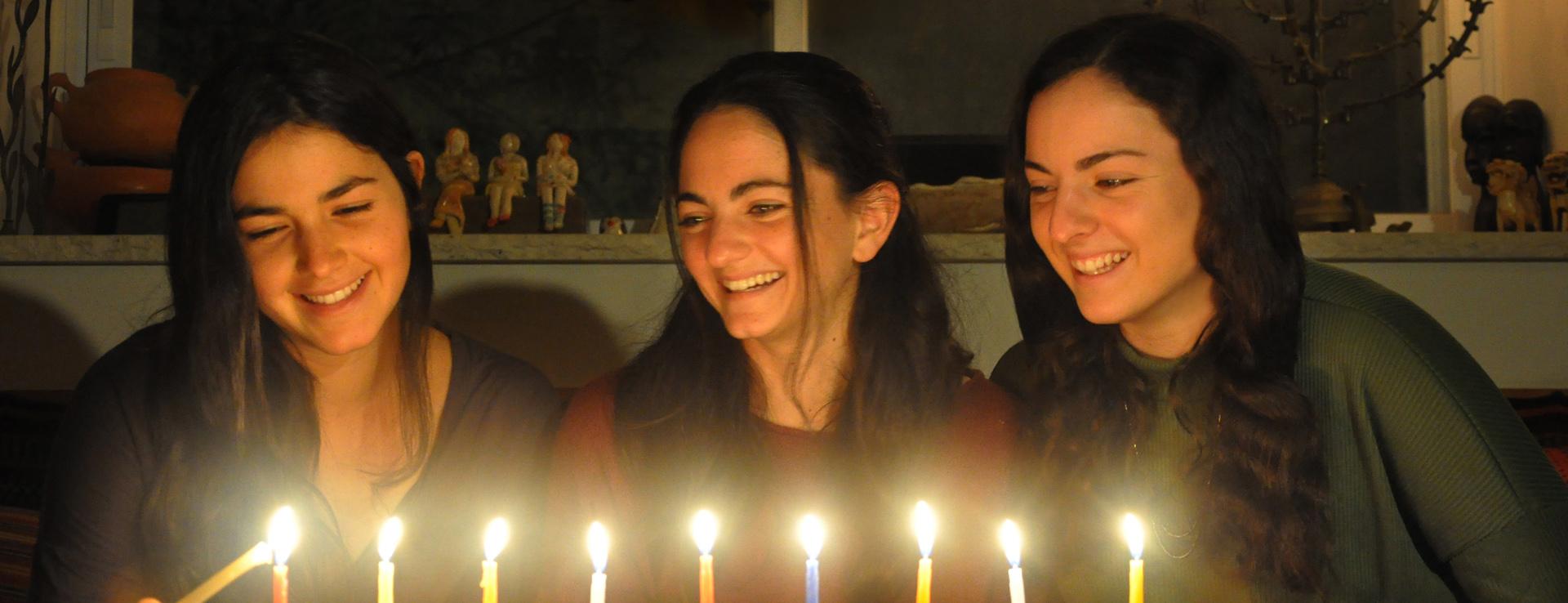 בנות שתרוג - חנוכה 2020 - חנוכייה - יואל שתרוג - אדמה יוצרת - yoel sitruk