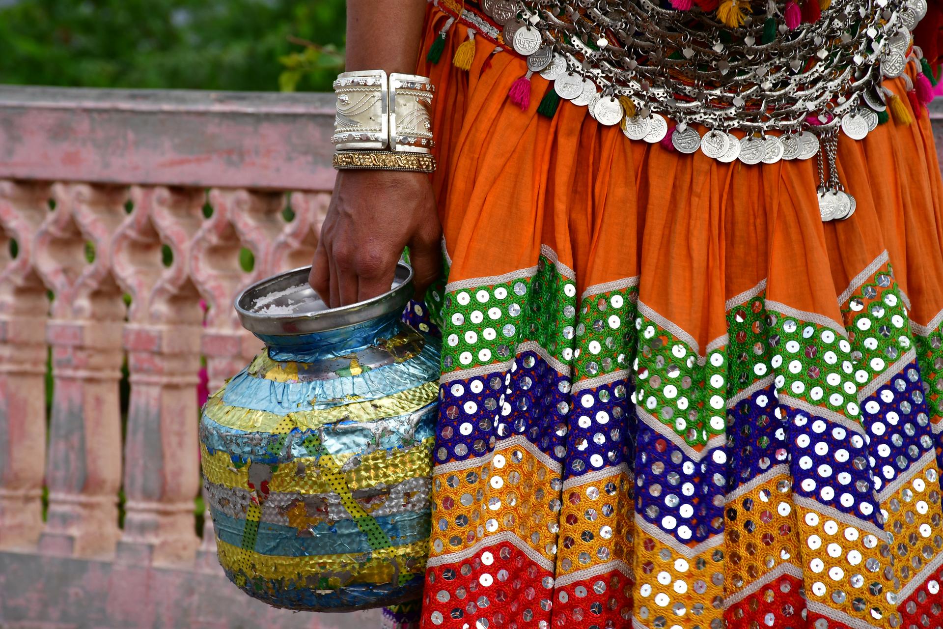 הודו - יואל שתרוג - נערה עם כד - אדמה יוצרת - yoel sitruk