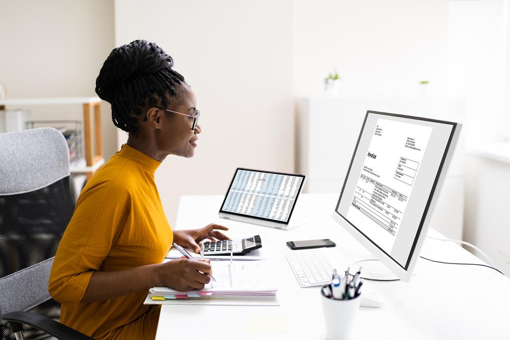 Une comptable calme et heureuse de travailler sur la fin d'année financière de son employeur.