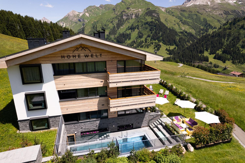 Hohe Welt Luxury Apartments im Sommer mit Blick auf den Pool