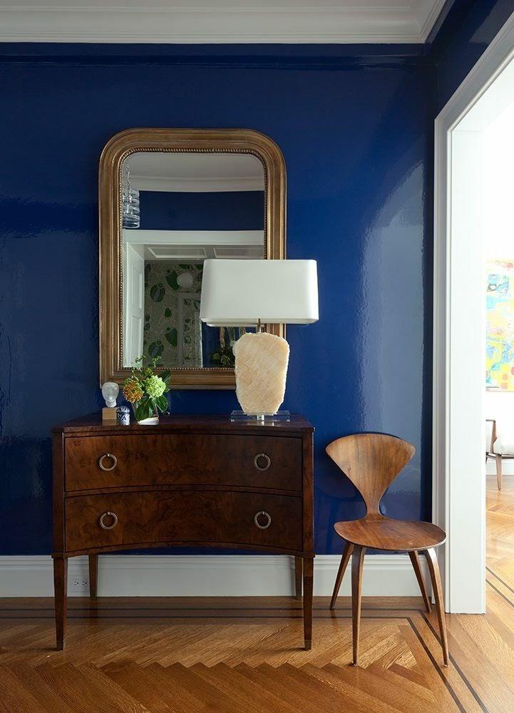 sala parede azul brilhante