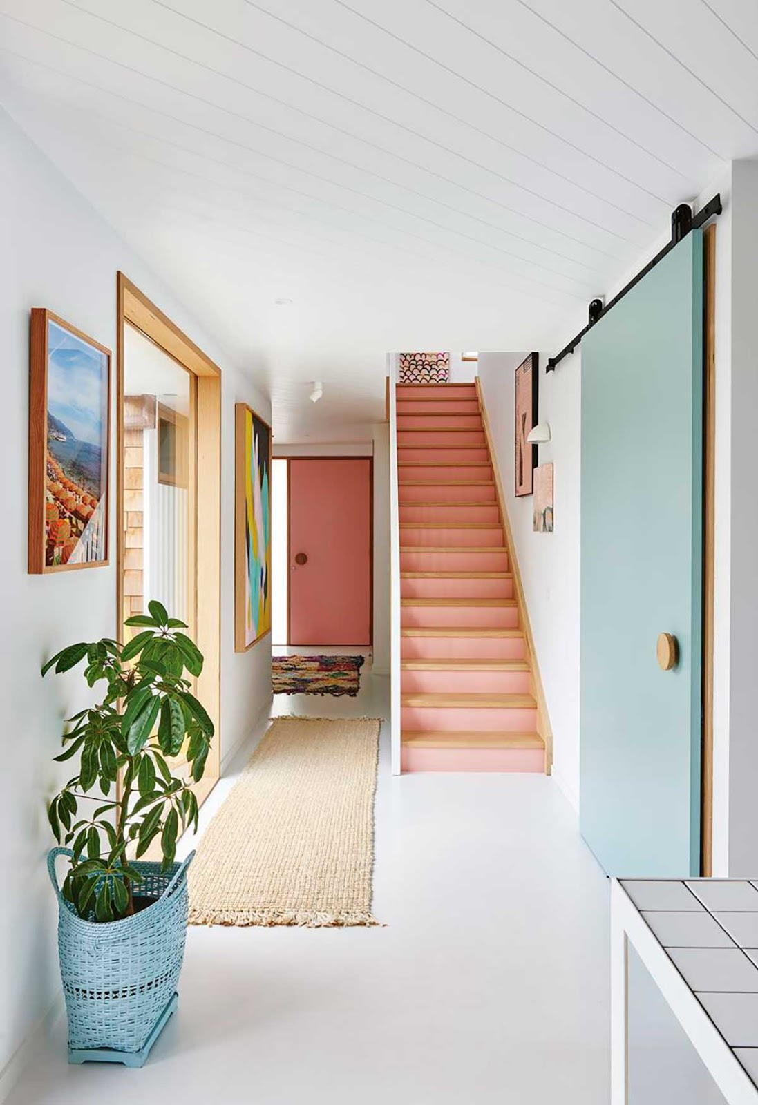 porta azul escada rosa