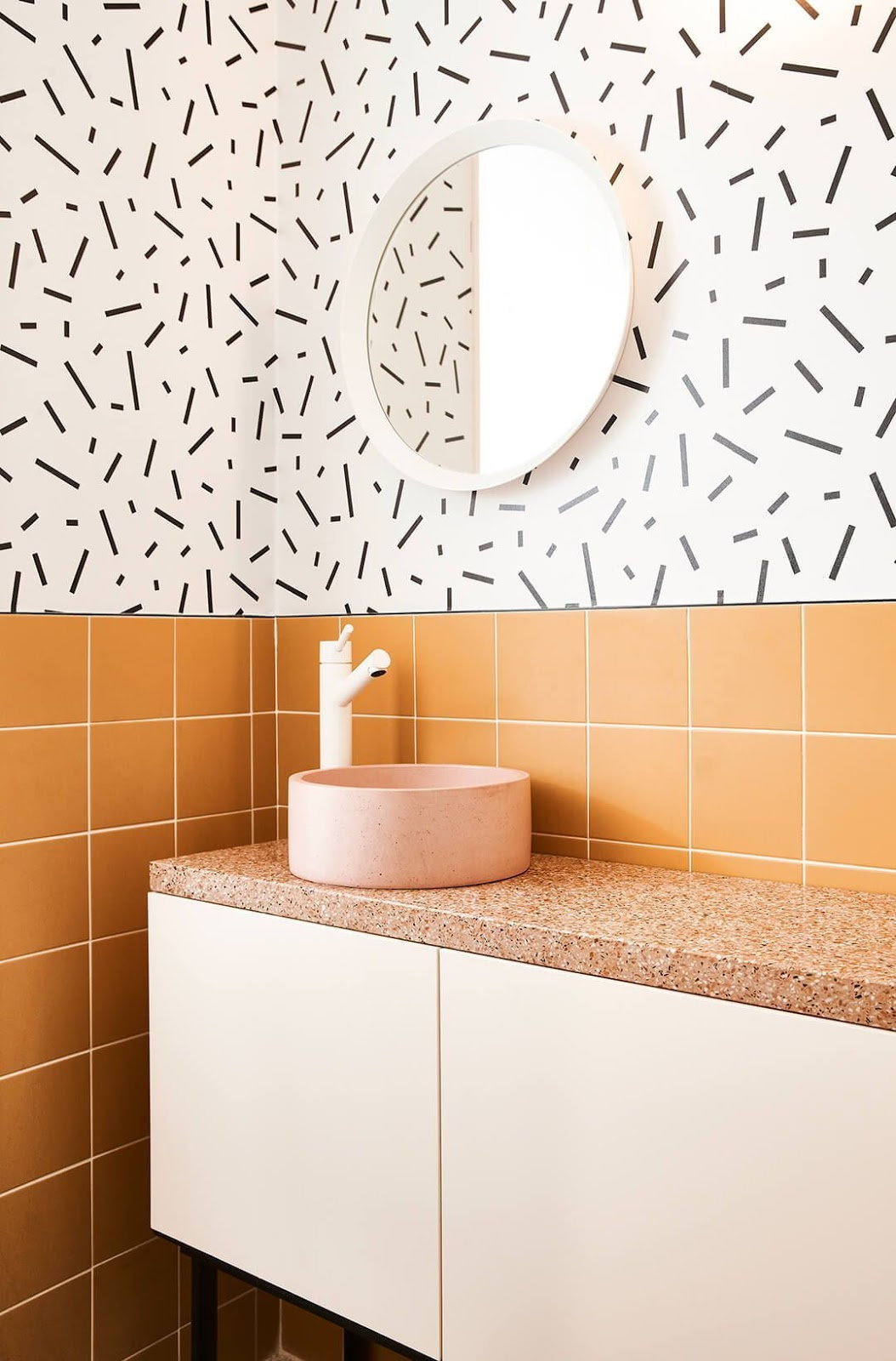 banheiro azulejo quadrado laranja