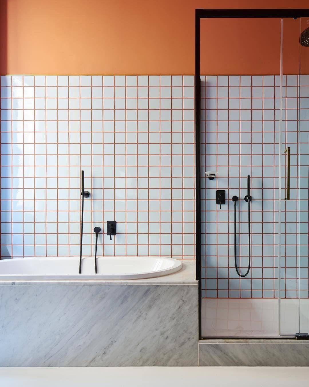 banheiro azulejo quadrado branco rejunte laranja