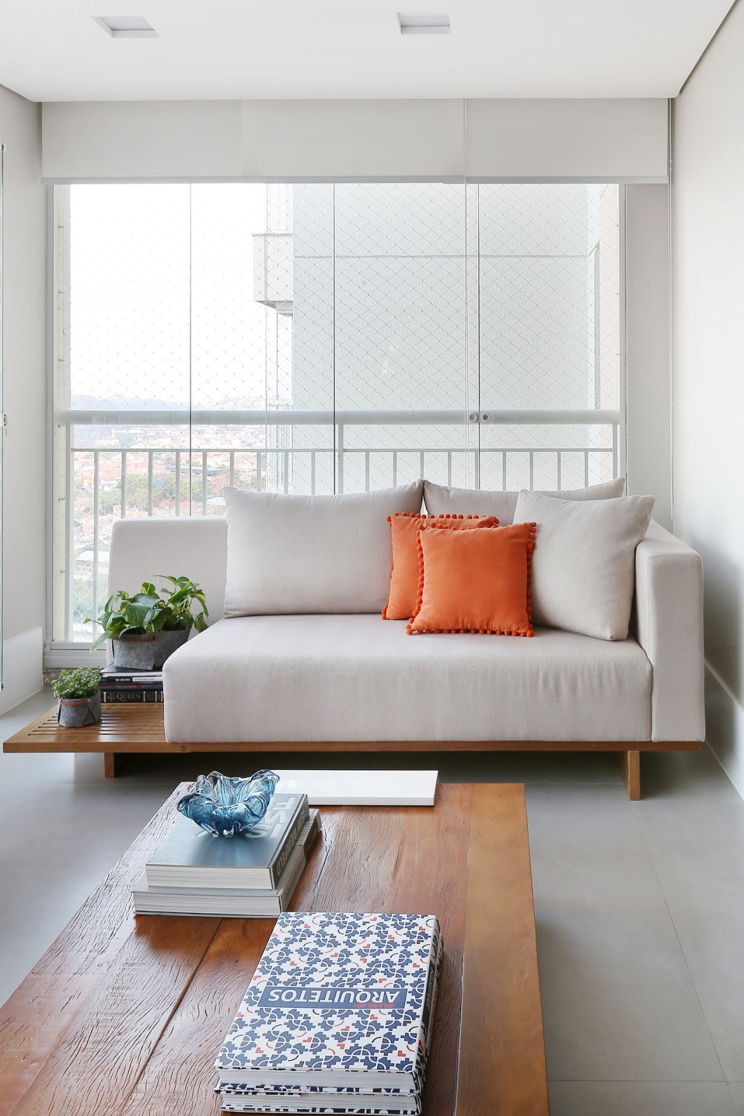 sofá com mesa lateral
