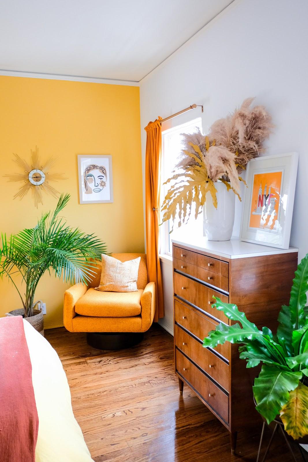 quarto de casal parede amarela