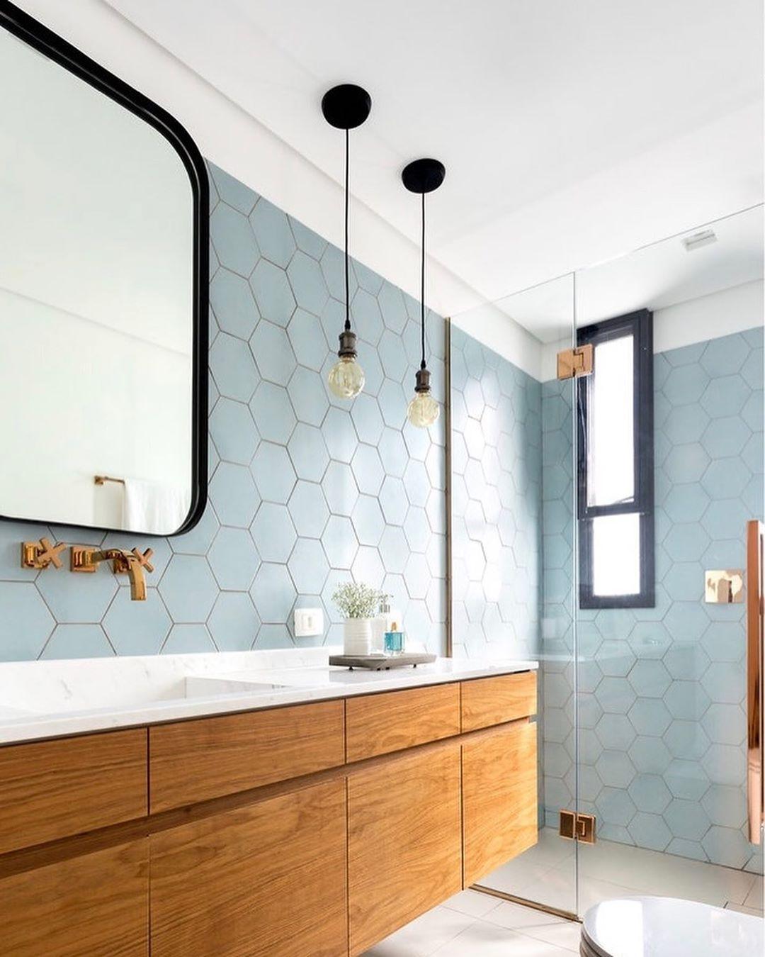 banheiro revestimento hexagonal azul