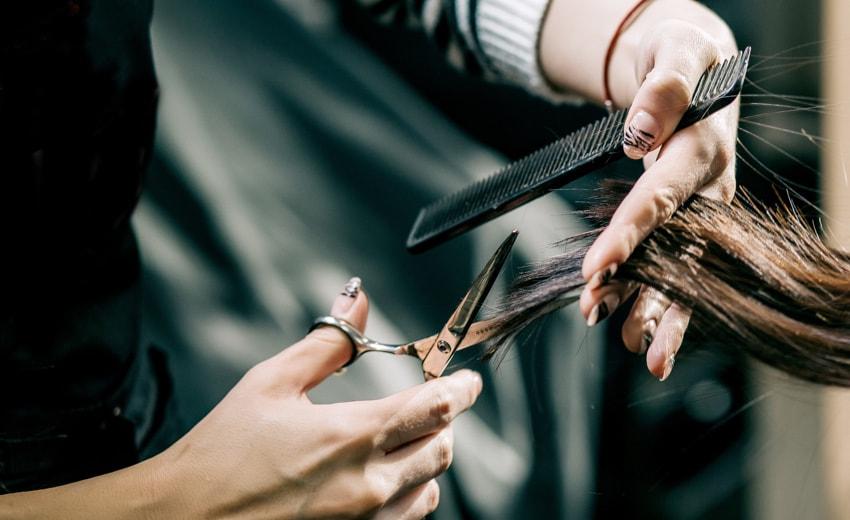 Vayn Syltist cutting client's hair