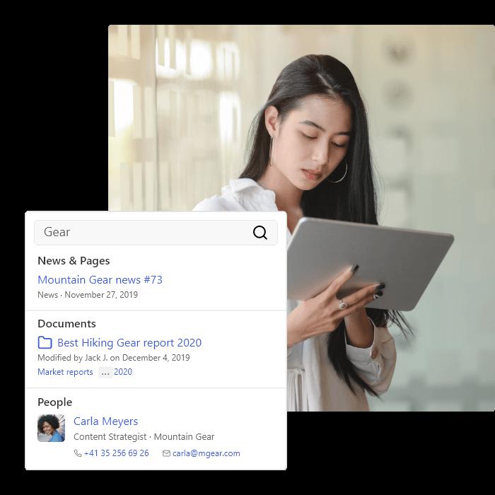 Eine Frau im Büro nutzt die im Intranet ihrer Firma integrierte Suchmaschine, um wichtige Informationen zu finden.