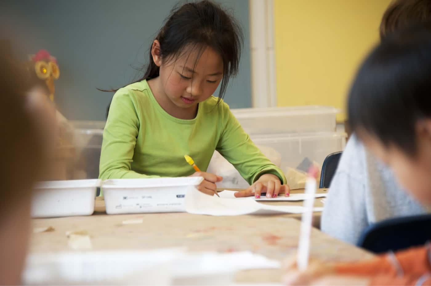 Photo d'une enfant qui apprend les règles de grammaire à l'école