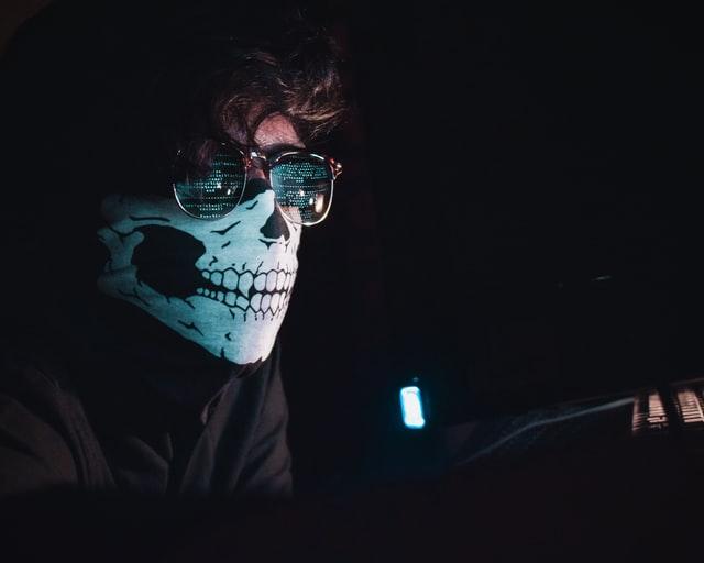 Un homme masqué représentant un Black Hat SEO