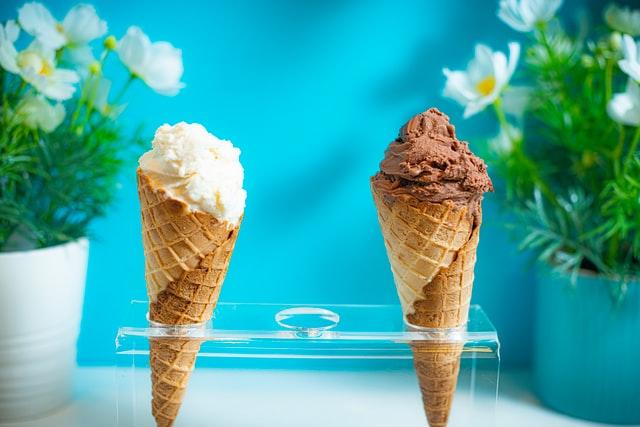 vanilla and chocolate ice cream cones