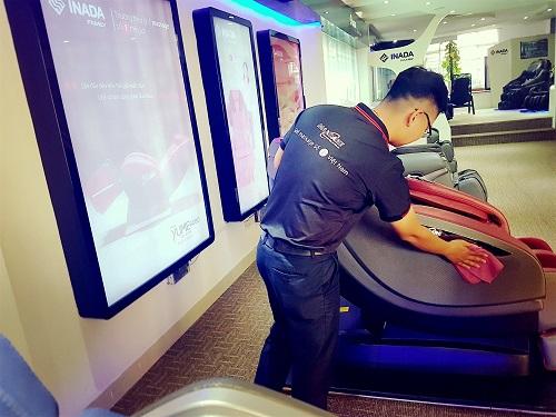 Sử dụng khăn cotton để lau chùi bề mặt da ghế massage
