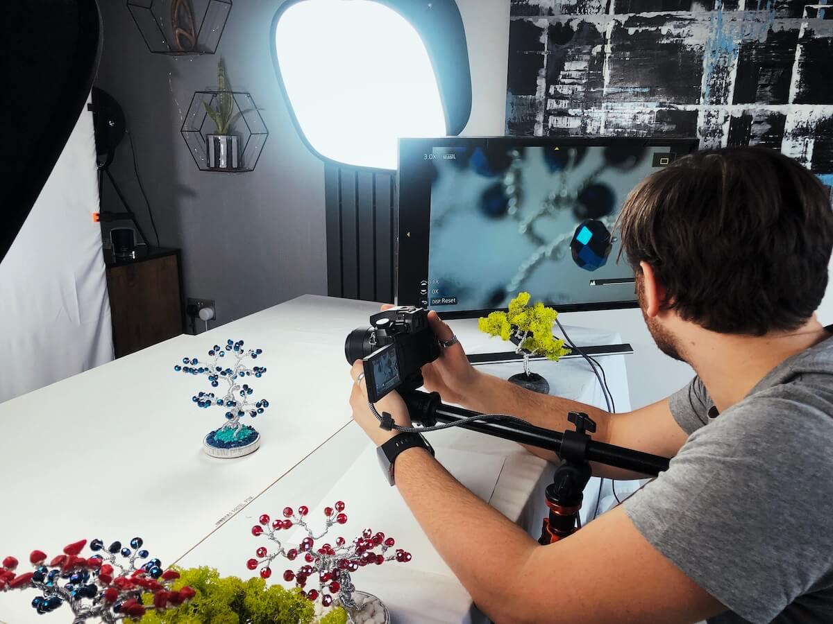 zdjęcie przedstawiające jak Piotr Stasiak filmuje detale produktów Lilla My
