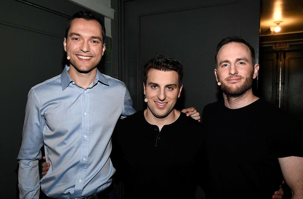 3 założycieli Airbnb pozują razem do zdjęcia