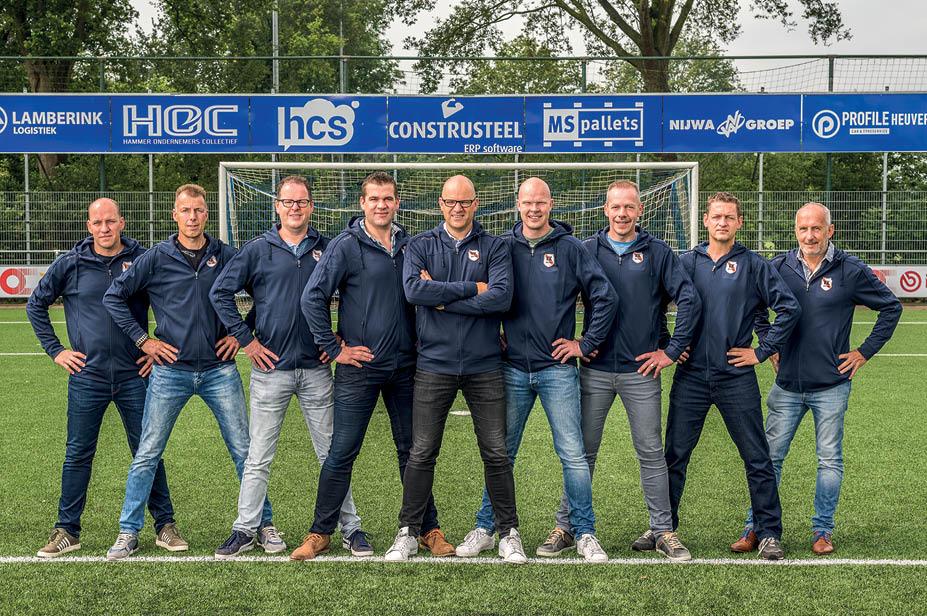 De vrijwilligersgroep van VV Den Ham op het voetbalveld